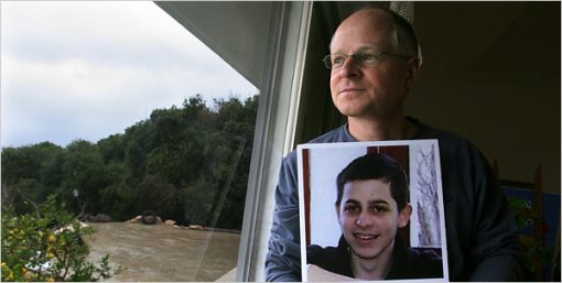 http://melchettmike.files.wordpress.com/2009/03/gilad-shalits-father-noam3.jpg?w=510